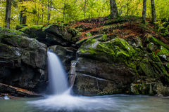 Faszinierender Wasserfall in den Bergen Lizenzfreie Stockfotos