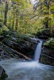 Faszinierender Wasserfall in den Bergen Lizenzfreies Stockbild