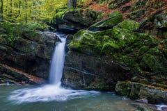Faszinierender Wasserfall in den Bergen Lizenzfreies Stockfoto