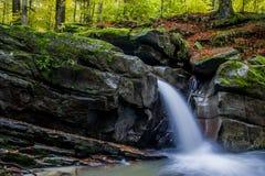 Faszinierender Wasserfall in den Bergen Stockfoto
