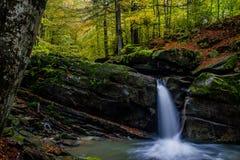 Faszinierender Wasserfall in den Bergen Stockbilder