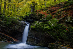 Faszinierender Wasserfall in den Bergen Stockfotografie