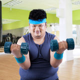 Fat man exercise in fitness center 3 Royalty Free Stock Photos
