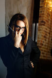 Fatale de Femme avec des verres Photos libres de droits