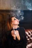 Fatale de Femme et cigarette électronique Images stock