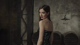 Fatale schoonheidsvrouw geheimzinnig en flirt die kijken stock video