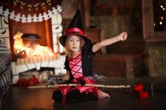 Fatato della ragazza, strega sulla scopa con la zucca Halloween Fotografia Stock