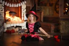 Fatato della ragazza, volo della strega su un manico di scopa Bambini Halloween Fotografie Stock Libere da Diritti