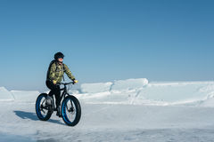 Fatbike & x28; fet cykel- eller fett-gummihjul bike& x29; Arkivbilder