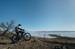 Fatbike & x28; fet cykel- eller fett-gummihjul bike& x29; Arkivbild