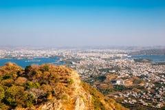 Fateh Sagar湖、Pichola湖和老镇从季风宫殿在乌代浦,印度 库存照片