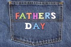 Father's-Tageshölzernes Zeichen auf Blue Jeans-Gesäßtasche-Hintergrund Lizenzfreie Stockfotografie