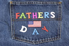 Father's-Tageshölzernes Zeichen auf Blue Jeans-Gesäßtasche-Hintergrund Stockbild