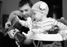 Free Father And Baby Girl Playing Guitar Stock Images - 178857514