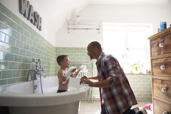 Free Father And Son Having Fun At Bath Time Together Royalty Free Stock Photo - 85174405