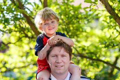 Father carrying child on his shoulders in the park Royalty Free Stock Photography