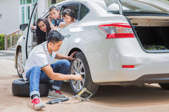 Father change tire Royalty Free Stock Photos