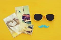 Father& x27 ; concept de jour de s Lunettes de soleil jaunes de hippie et moustache drôle à côté des photographies Image libre de droits