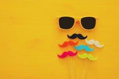 Father& x27 ; concept de jour de s Lunettes de soleil jaunes de hippie et moustache drôle Images stock