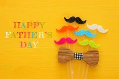 Father& x27 ; concept de jour de s Moustache colorée et drôle de hippie Image libre de droits