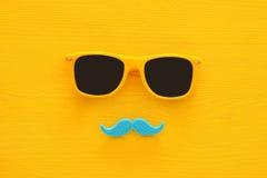 Father& x27; concepto del día de s Gafas de sol amarillas del inconformista y bigote divertido Imágenes de archivo libres de regalías