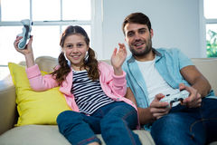 Father and daughter playing video game Royalty Free Stock Photography
