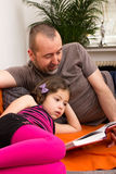 Father and daughter reading a book Royalty Free Stock Images