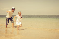 Father and daughter running on the beach Royalty Free Stock Images