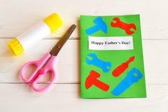 Father& feliz x27; dia de s Cartão com ferramentas de papel Tesouras, colagem Caçoa a ideia do ofício de papel Father& x27; ideia Foto de Stock