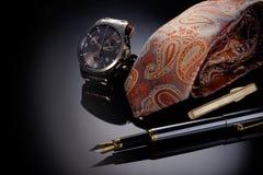Father& feliz x27; imagen del concepto del día de s con el man& x27 del negocio; el reloj, la pluma y el lazo de s doblaron contr foto de archivo