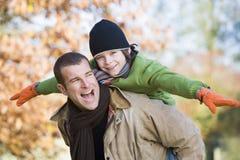 father giving piggyback son Στοκ φωτογραφία με δικαίωμα ελεύθερης χρήσης