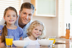 Father with his children in the kitchen Royalty Free Stock Photos