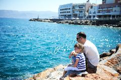 Father and his little daughter sitting on rocks Royalty Free Stock Photos