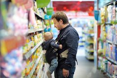 Father and his son at supermarket Royalty Free Stock Images