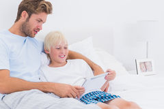 Father and his son using a tablet Royalty Free Stock Photography