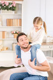 Father holding his daughter on the shoulders Royalty Free Stock Photos
