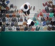 Father& x27; il figlio di s prega insieme alla moschea immagini stock libere da diritti