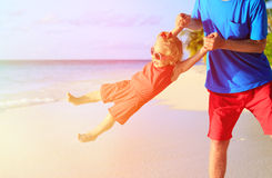 Father and little daughter play at beach Royalty Free Stock Photos