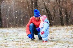 Father and little daughter playing in winter Royalty Free Stock Images