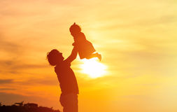 Father and little daughter silhouettes at sunset Stock Photography