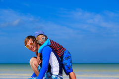 Father and little son hug on summer beach Royalty Free Stock Photos