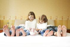 Father, mother and three little children, close up on feet Royalty Free Stock Photo