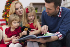Father reading a book for his girls Royalty Free Stock Photos