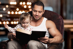 Father reading book to daughter Royalty Free Stock Photos