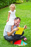 Father reading a book to his daughter Royalty Free Stock Photos