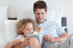 Father reading a story for child Royalty Free Stock Photography
