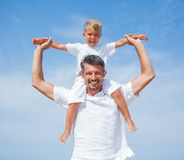 Father and son having fun on the beach Royalty Free Stock Photos