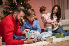Family with christmas presents Royalty Free Stock Photos