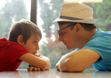 Father and son look at each other Royalty Free Stock Photos