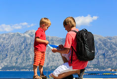 Father and son looking at map on vacation Royalty Free Stock Photos